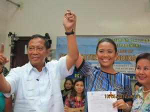 Nancy Binay with her father at her filing of candidacy for Senator of the Republic. (Source: thepoc.net)
